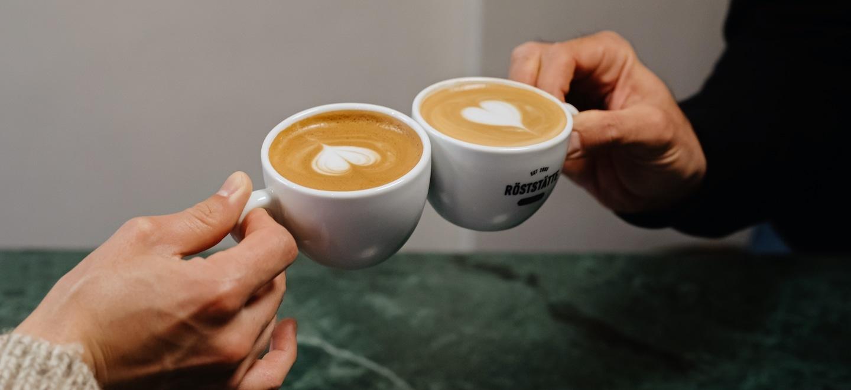 Cappuccino_Flat_White_Vergleich_Gemeinsamkeiten_Unterschiede